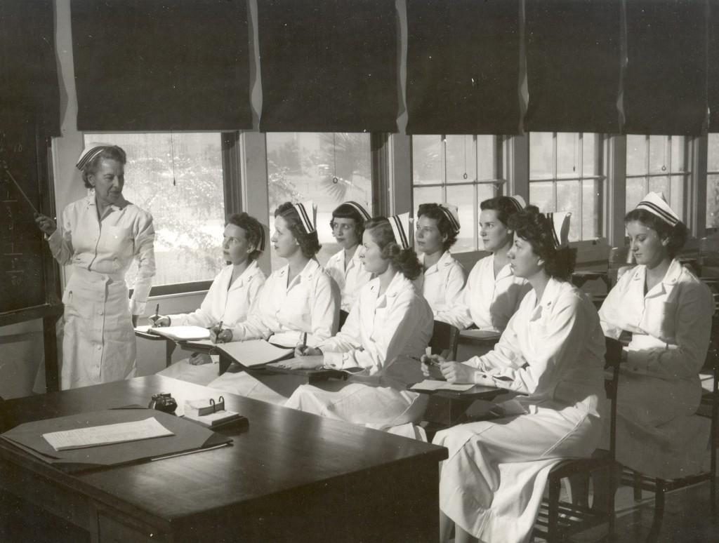 Navy_nurses_attending_class_-_1940s